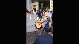 井上苑子さんが大阪に帰ってきた時の路上ライブの映像です。 三曲目辺り...
