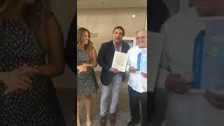 Osvaldo Rios entrega reconocimiento a Anthony Suárez