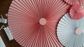 Paper Fans Rosettes Веер вертушка Бумажный веер Декорация Как и чем украсить Candy Bar(В последнее время набирает особую популярность бумажный декор свадеб, дней рождений, юбилеев, вечеринок..., 2015-11-15T18:30:05.000Z)
