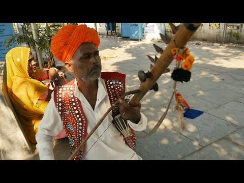 Amazing Street Musician in India.Beautiful musical instruments Ravanahatha Music.Indian music song