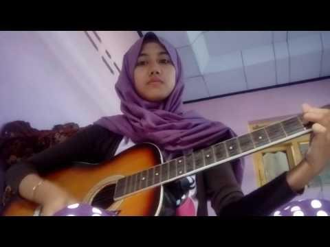 cewek main gitar lagu gaby-tinggal kenangan / wanita main gitar