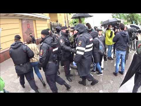 Задержания на пикетах в поддержку журналиста Ильи Азара