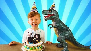 Лёва и Динозавр весело играя готовят тортик для Папы на день рождения!