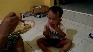 Anak kecil Belajar Doa sebelum makan...