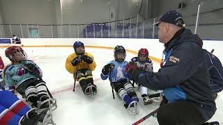 В детском спортивном лагере Ярославля проводят совместные тренировки со следж-хоккеистами.