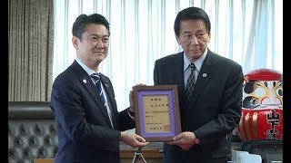 山下法相、杉良太郎さんに顕彰状=矯正施設訪れ60年 thumbnail