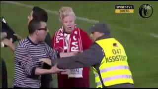 ABUELITA HOOLIGAN INVADE CANCHA EN BRAGA VS MARITIMO