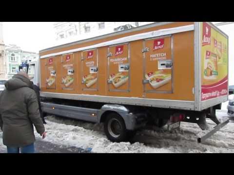 Грузовик застрял в снегу на улице Рогнединской в Киеве thumbnail