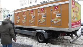 Грузовик застрял в снегу на улице Рогнединской в Киеве