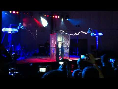 Espeluznante: Arc Attack generando la música de Doctor Who en el Maker Faire San Mateo 2013 #aio13