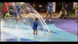 Замечательные дети играют на водной площадке