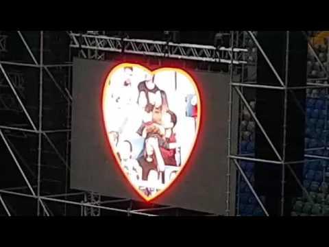 Страстные поцелуи устроили фанаты на концерте группы «30 Seconds to Mars»