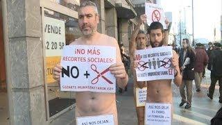 protestan desnudos contra los recortes sociales