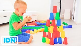 Vlad, Nikita dan Mom Play dengan cangkir berwarna