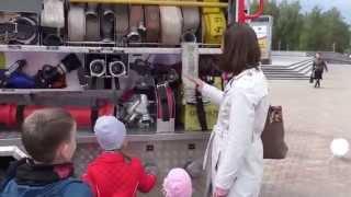 Пожарная машина. Дети изучают ее устройство и садятся в кабину. Прогулки с детьми.(Пожарная машина. Дети изучают ее устройство и садятся в кабину. Прогулки с детьми. На центральной площади..., 2015-09-18T06:45:49.000Z)
