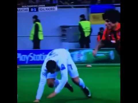 Tình huống Ronaldo bị vấp ngã khi qua người
