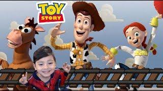 Toy Story en Español | Woody y sus Amigos en el Tren | Juego para niños de Disney