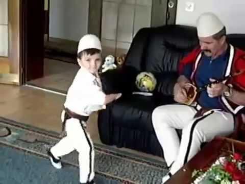 Il bambino albanese balla il ballo dei pelasgi