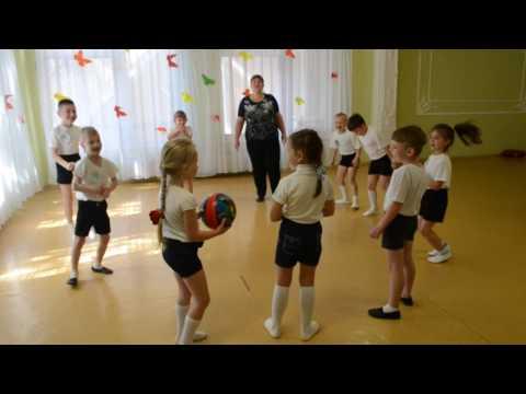 Веселая игра с мячом на спортивном празднике в детском саду
