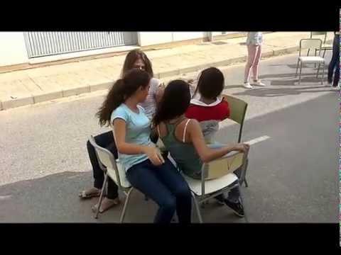 Trabajo en equipo din mica de grupos sillas youtube for Sillas de trabajo