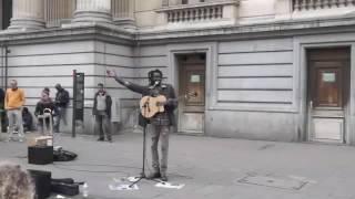 Penonton ikut bernyanyi bersama seniman jalanan