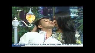 Adegan Kartika Putri Mencium Raffi Ahmad di Pesbukers