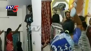 Wife Kicks Off Another Lady Over Illegal Affair With Her Husband | Nellore | TV5 News