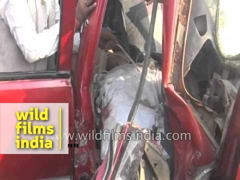 WARNING: Graphic: Dead body of Indian car accident victim being removed
