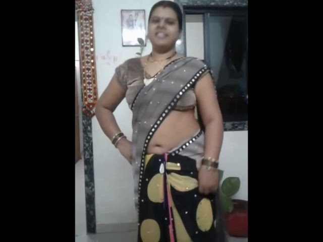 Cute aunty navel show in saree.