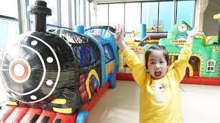 누가 더 높이 붙을까요?!! 서은이의 플레이즈 키즈카페 대형 에어바운서 찍찍이 놀이 Giant Velcro and Air Bounce