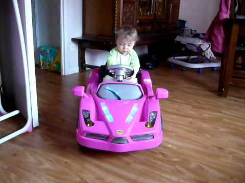 ma fille de 11mois dans sa voiture electrique avec. Black Bedroom Furniture Sets. Home Design Ideas