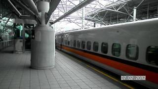 在高鐵新竹站月台拿起相機錄高鐵行駛影片