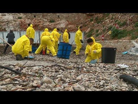 Boulettes d'hydrocarbure : nettoyage sur la plage de Sormiou