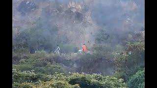 En video quedó momento en que 2 hombres huyen de incendio que habrían provocado en cerro de Cali