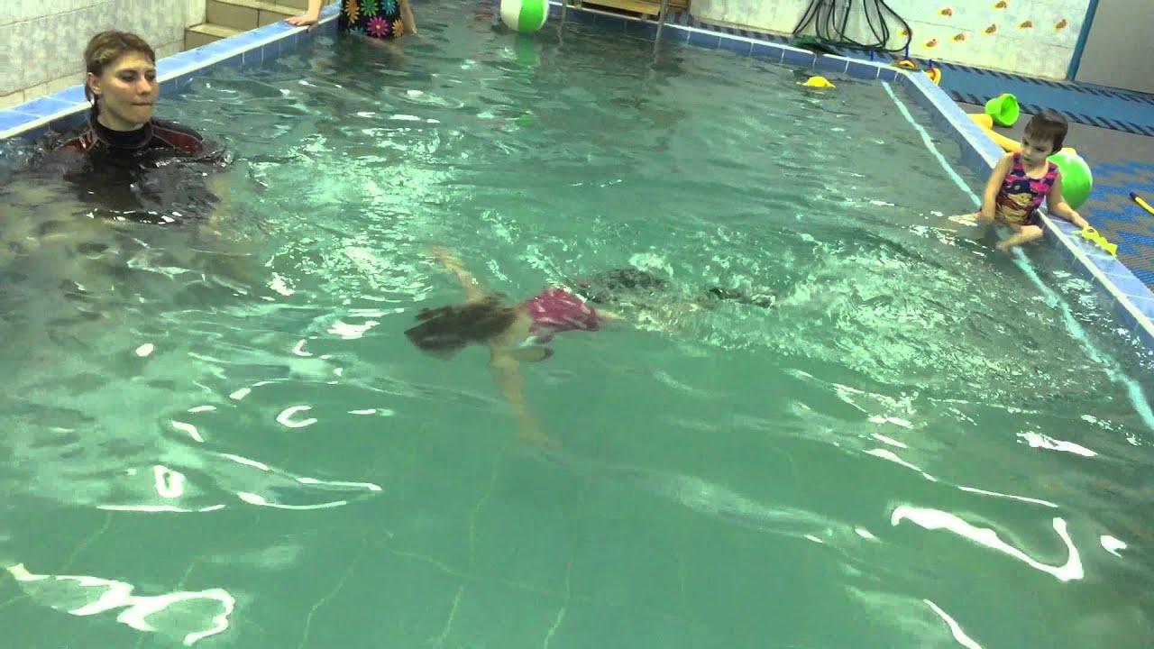 Анна 2.5 года заныривает.Обучение плаванию в бассейне в ...
