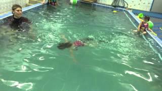 Анна 2.5 года заныривает.Обучение плаванию в бассейне в Минске для детей (Курсы,Секция,занятия)