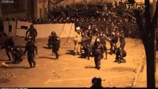 ウクライナの反政府デモ、デモ参加者は警察のラインを突破するためにブルドーザーを使用