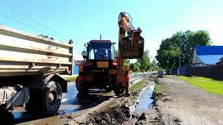 Дренажная канава помогает осушать дороги в Бердске
