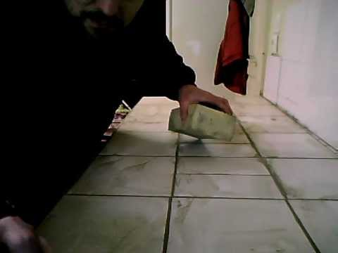 Comment faire des joints de carrelage suite youtube - Joint de carrelage noirci ...