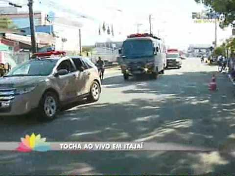 Apresentador da RICTV Record conduz a tocha olímpica em Itajaí