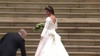 De aankomst van prinses Eugenie, vergezeld door haar vader prins Andrew, op weg naar het altaar