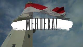 Keren! Bendera Merah Putih Raksasa Berkibar Diatas Menara Suar Kupang