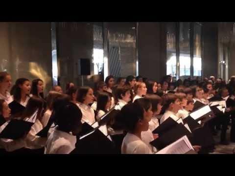 Le chœur d'enfants de l'Orchestre de Paris dans le hall de la Philarmonie le 17 01 2015