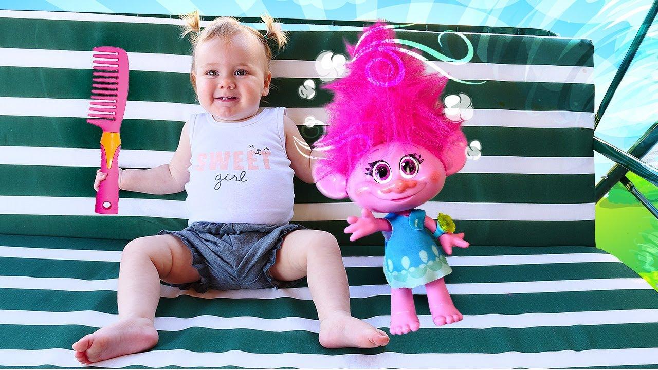 Bebek bakma videosu.  Sevcan ve bebek Derin troll  Poppy'nin saçlarını düzeltiyor