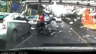 Repeat youtube video มอเตอร์ไซค์ล้มเกือบโดยรถยนต์ทับ @ กล้องวงจรปิด รถยนต์