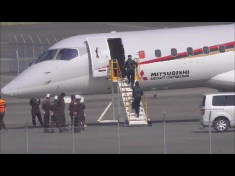「三菱 MRJ」に乗り込むパイロットと小牧山城 Mitsubishi Regional Jet