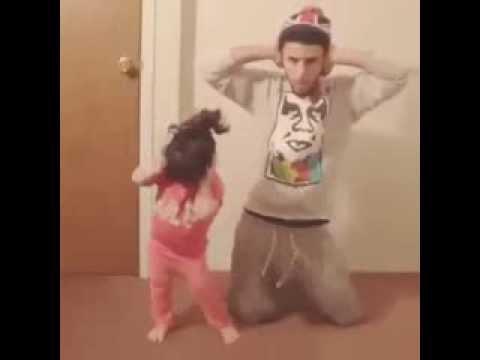 Lo que un padre hace cuando esta solo con su hija