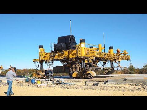 Укладка цементобетонного покрытия — бетоноукладчик GOMACO GHP-2800 на трассе Москва-Волгоград