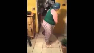 Grosse qui danse avec son ballet thumbnail