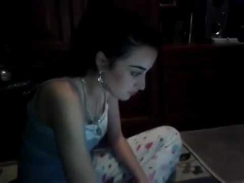 Цыганская девушка красиво поёт